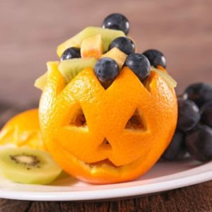Gruseliger Halloween Obstsalat in Orange