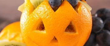 halloween obstsalat mit Orange als Totenkopf