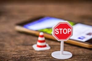 Handy auf Tisch mit Stop Schild davor