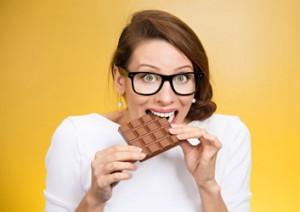 Frau nascht Schokolade