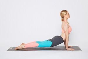 Frau in der Yoga-Position Heraufschauender Hund