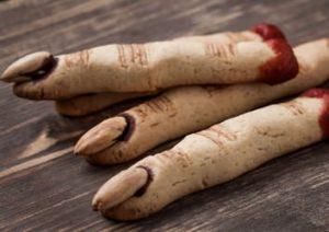 gruselige Kekse in Form von Hexenfingern