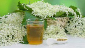 Holunderblüten am Stück und als Tee verarbeitet