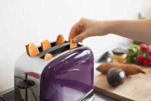 Einfach die Süßkartoffelscheiben in den Toaster stecken.