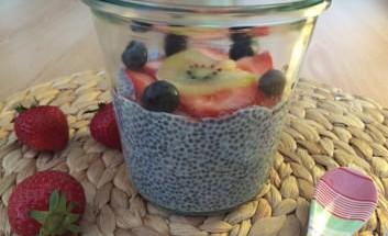 kokos-chia-pudding-mit-frischen-fruechten