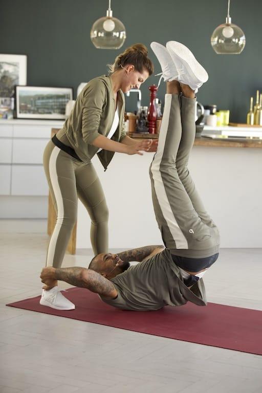 Partnerübung Leg Drops