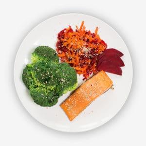 Teller mit Möhren, rote Beete und Lachs