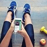 Frau hat Handy in den Händen mit Whatsapp beim Sport