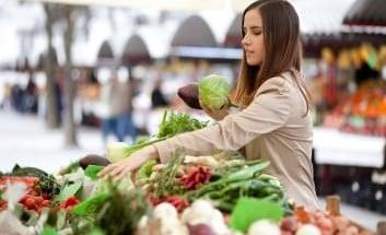 Frau auf dem Gemüsemarkt