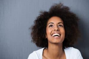 Frau denkt positiv und lacht