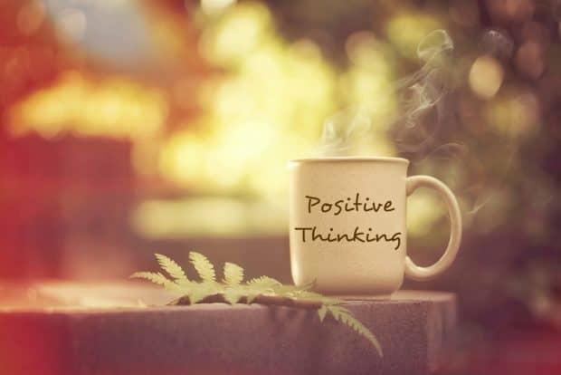 Tasse mit der Aufschrift positive thinking