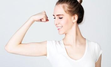 Frau zeigt ihre Kraft