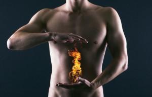 Nackter Mann, der zwischen seinen Händen eine Flamme erzeugt