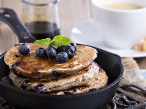 Bananen-Pancakes mit Blaubeeren-Topping