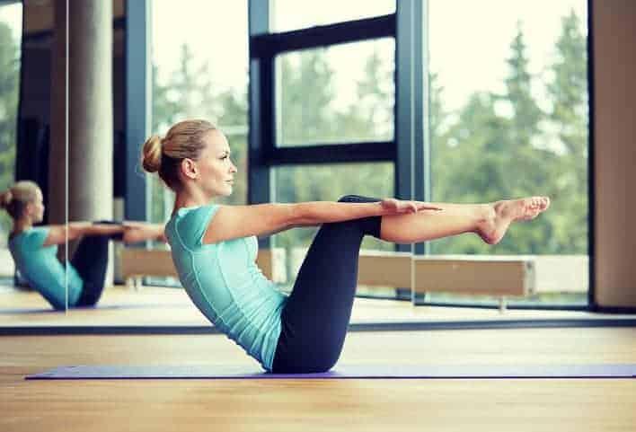 Frau beim Pilates Training