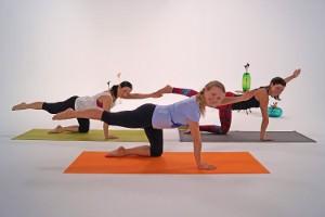 Drei Frauen bei der Ausführung der Fitnessübung Pointer