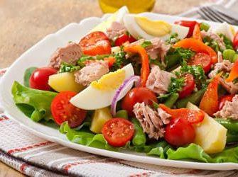 Salat mit proteinreichen Lebensmitteln wie Ei und Thunfisch zum Abnehmen