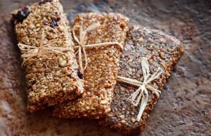 Drei Proteinriegel aus Granola