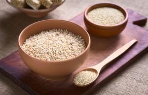 Zwei Holzschüsseln gefüllt mit Quinoa