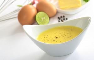 Kalorienarme Sauce Hollandaise in weißer Keramikschüssel