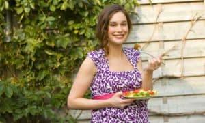 Schwangere Frau beim Essen
