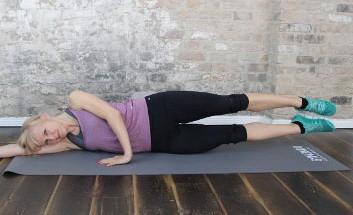 Carolin Hobler beim Ausführen der Fitnessübung Seitliches Beinheben