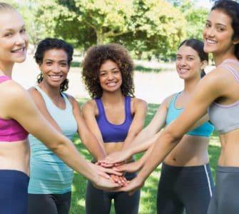 Verschiedene Frauen zusammen bei Training machen Übungen für jeden Figurtyp