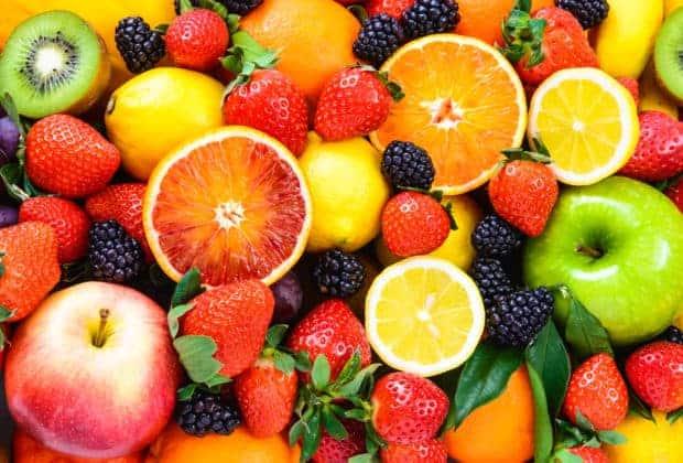 Bunte Früchte - Orangen, Brombeeren, Zitronen, Erdbeeren, Pfirsiche