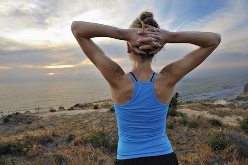 Frau mit trainiertem Rücken von hinten