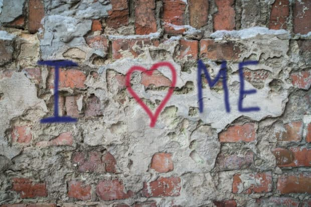 Unverputzte Hauswand mit Grafitti I love me
