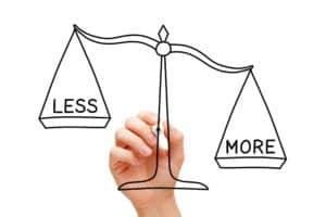 Waage mit Wörtern Less und more