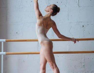 Ballerina an der Stange mit optimaler Haltung