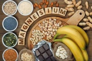 Tisch voller Lebensmittel mit ausreichend Magnesium