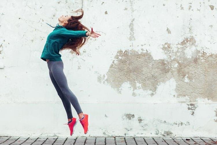 junge frau springt glücklich in die Luft
