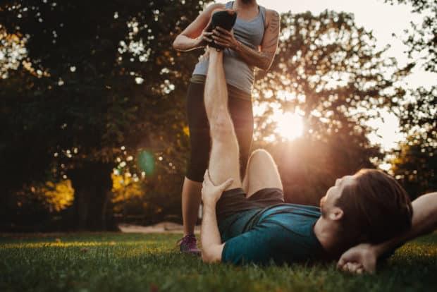 Sportler liegt auf dem Boden hat Muskelkrämpfe können durch Magnesiummangel