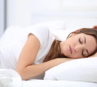 Frau schläft tief und fest