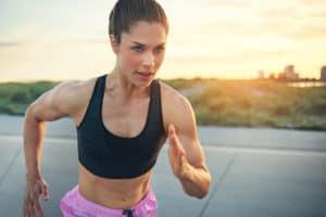 Junge Frau hochkonzentriert beim Training