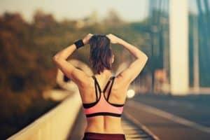 Frau von hinten mit trainiertem Rücken im sportlichen Outfit