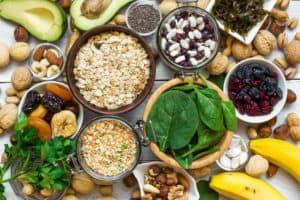 Tisch platte voll mit gesunden Lebensmitteln mit viel Magnesium