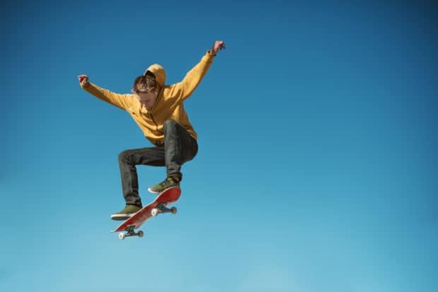 Skatboarder macht einen Sprung