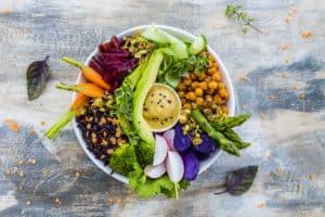 Schüssel mit pflanzlichen Lebensmitteln, Kichererbsen, Gemüse, Radieschen