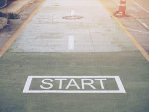 Strasse mit Aufdruck Start