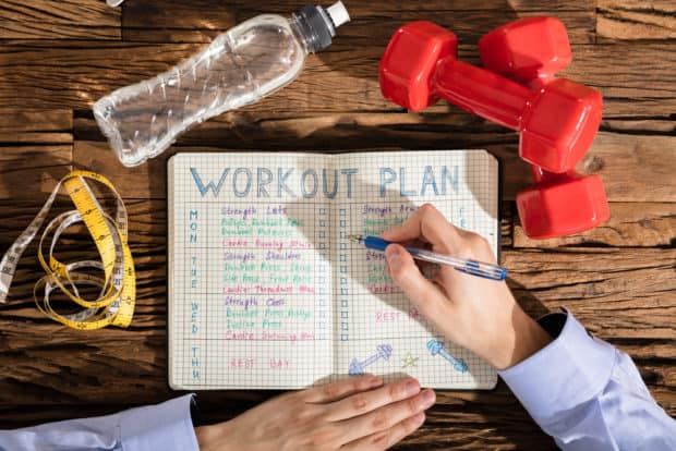 Aufgeschlagener Kalender mit Terminen zum Training eines Sportsüchtigen