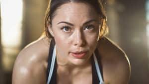 Sportliche Frau schwitzt beim Training