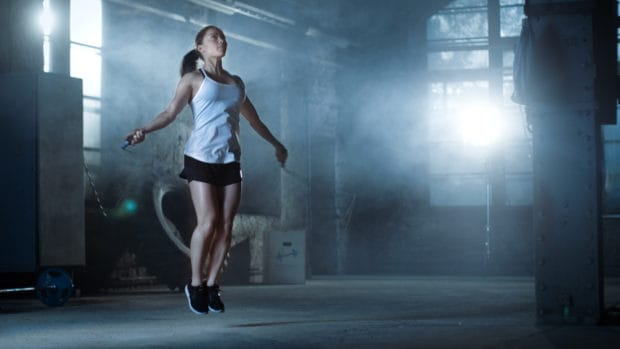 Frau trainiert Seilspringen