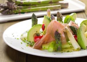 Spargelsalat mit Avocado und Schinken