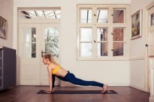 frau macht yoga tiefer Ausfallschritt seitlich