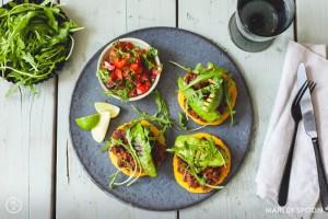 Südamerikanische Arepas mit Avocado und Bohnen