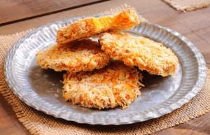 4 Süßkartoffel-Pfannkuchen auf weißem Teller