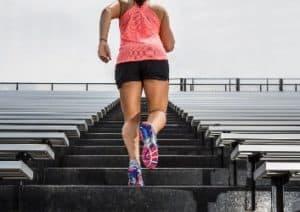 Sportlerin macht Tabata Training auf einer Treppe.